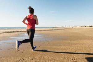 vrouw draait op het strand foto
