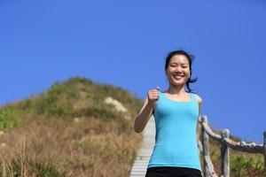 vrouw die op bergtrappen loopt foto