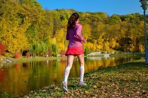 vrouw die in de herfstpark loopt foto