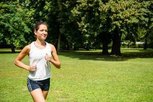 joggen - vrouw die in de natuur loopt foto