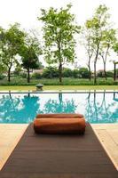 heerlijk relaxen bij het zwembad. foto