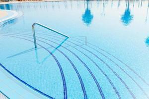 zwembad met reflecties van palmbomen foto