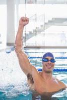 fit zwemmer juichen in zwembad bij recreatiecentrum foto