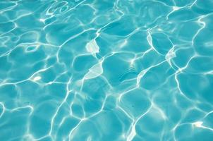 blauwe water golfde achtergrond in zwembad