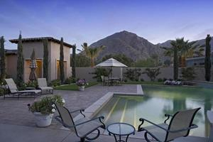 zwembad langs modern huis foto