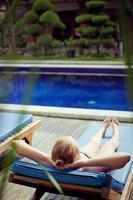 vrouw bij een zwembad foto