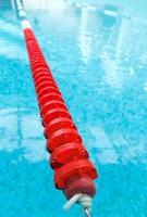 zwembad met rode baan foto