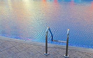 zwembad in zonnig strand foto