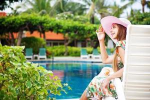 vrouw in de buurt van zwembad foto