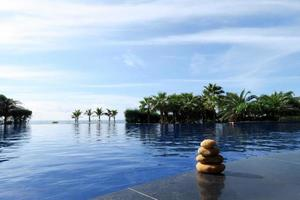 stapel stenen op de rand van het zwembad foto