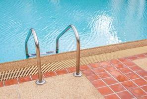 ladder van zwembad in de zomer foto