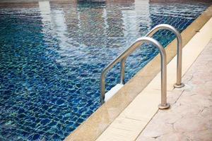 zwembad met trap foto