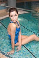 mooi meisje in het zwembad foto