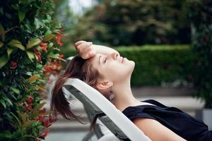 vrouw zonnen in de tuin foto