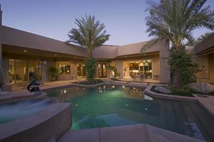 zwembad in de achtertuin van de moderne woning foto