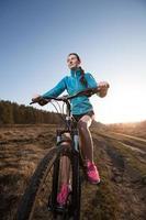 close up van vrouw paardrijden mountainbike foto