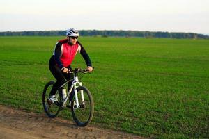 mountainbike fietser buiten rijden foto