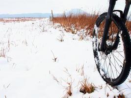 het voorwiel van de mountainbike in de eerste sneeuw. foto