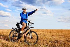 mountainbiker in het veld foto