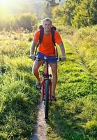 fietser met een fiets op de weg foto