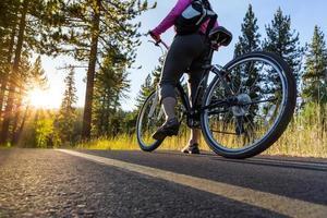 fietsen bij zonsondergang foto