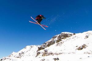 skiër doet grote lucht foto