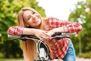 blonde dame met haar fiets