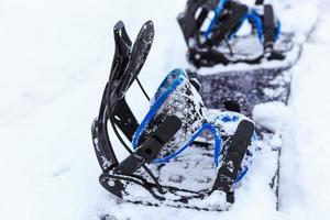 snowboard in de sneeuw foto