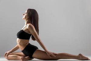 yogi gymnast meisje doet stretching praktijk foto