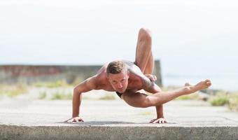 man beoefent yoga en gymnastiek foto