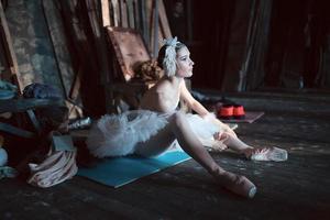 ballerina zittend op de warming-up backstage