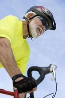 senior man fietsen foto