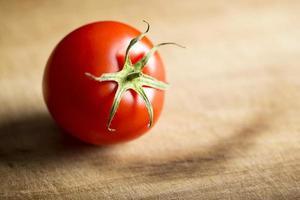 een rijpe tomaat foto