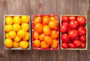 kleurrijke tomaten op houten tafel