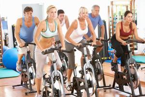 groep mensen in het uitoefenen van klasse op sportschool foto