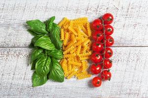 Italiaanse vlag van basilicum pasta en tomaten foto