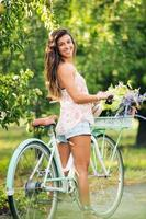 mooi meisje op de fiets foto