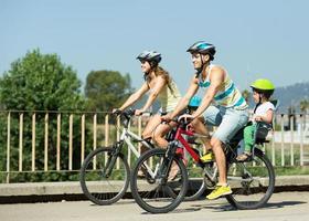 gezin van vier met fietsen foto