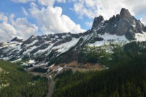 vrijheidsbel en de vroege wintertorens, noordelijke cascades foto