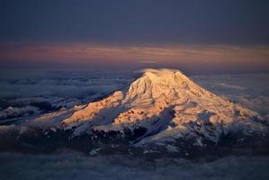 mount ranier bij zonsondergang foto
