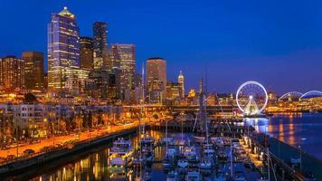 Seattle waterkant na zonsondergang foto