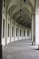 lege gebogen colonnade tunnel reagan gebouw, washington, dc, usa foto