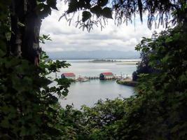 neerkijkend op de haven bij ilwaco foto