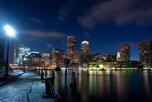 Boston skyline 's nachts in horizontale foto