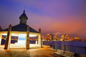boston skyline bij zonsondergang pieren park massachusetts foto