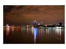 skyline van Detroit weerspiegeld