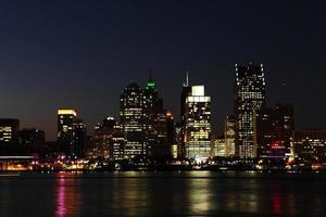 de skyline van Detroit 's nachts foto