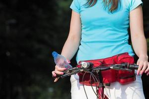 vermoeide vrouwelijke fietser stopte om op adem te komen. foto