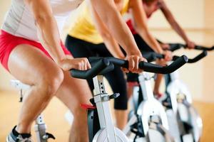 fiets trainen in de sportschool foto