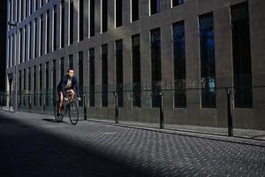 hipster berijdt zijn geweldige klassieke fiets foto